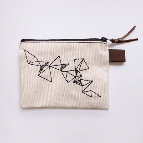 Снимка на Несесер с бродирани триъгълници